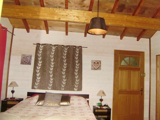 La Dodolela - Chambres d'hotes : pièce principale de la cabane