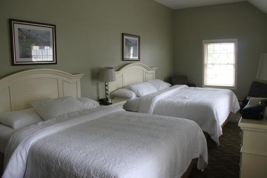 Pink Blossoms Resort (Family Suites): Huge bedrooms with 2 large beds to a room