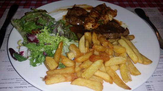 Au Pont St Martin: Notre mixed grill, frites et salade