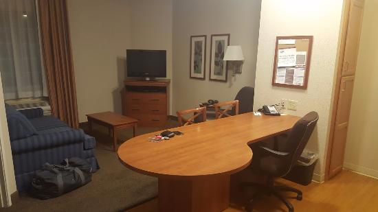 Candlewood Suites: Front Room
