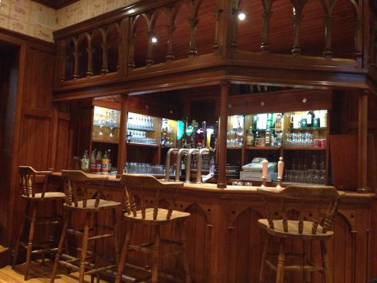 Raheen House Hotel: This is the bar, old and comfortable , perfect to spend the evening with friends