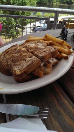 Auburn, Мэн: Delicious Haddock Reuben