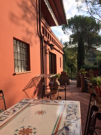 Villa Nuba Charming Apartments : patio off of villa del perugino