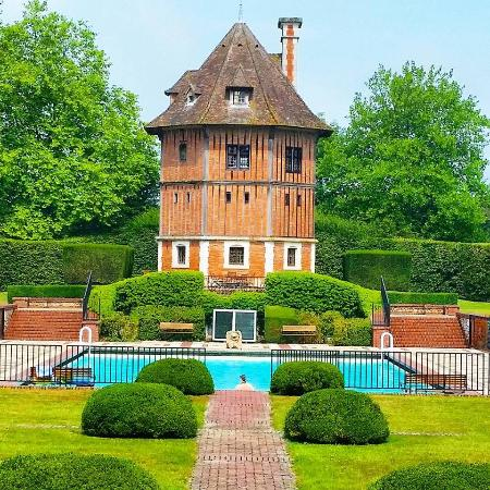 Moyaux, France : Pool and dovecote in the day