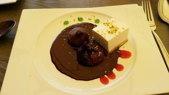Palau-Saverdera, Espagne : Délicieux dessert et vue panoramique