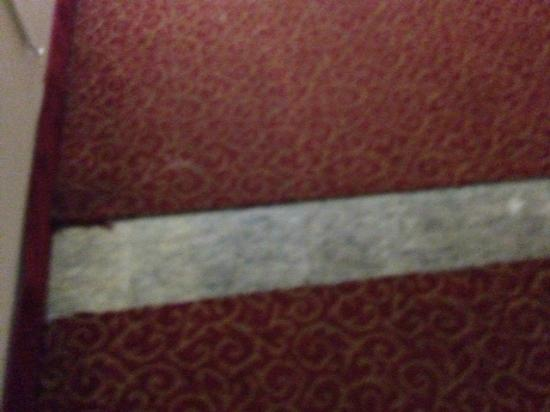 Red Roof Inn Burlington: Missing a piece of the carpet