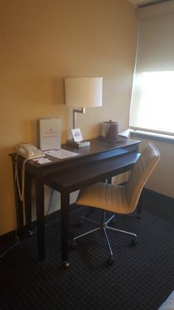 Ramada Plaza Green Bay: Guest Room Desk Area