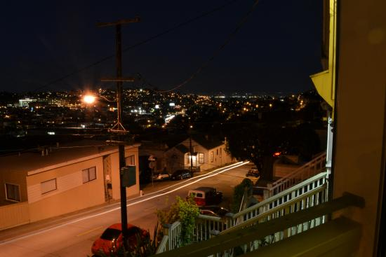 Bernalview B&B: Street view by night