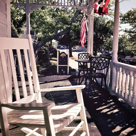 Pecan Tree Inn: Front Porch