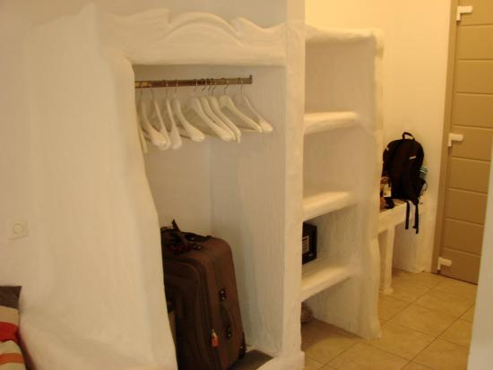 Delmar Apartments & Suites: enteryway closet