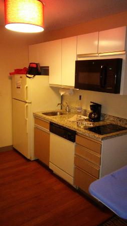 Hawthorn Suites by Wyndham Detroit Auburn Hills: Studio Kitchen