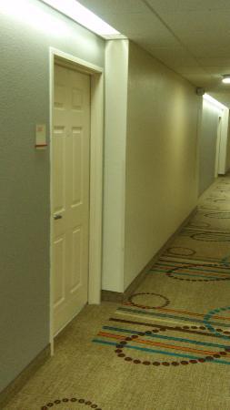 Hawthorn Suites by Wyndham Detroit Auburn Hills: Hallway to Room Door