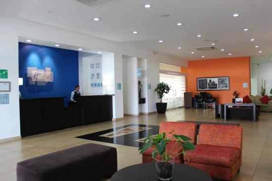 Holiday Inn Express Merida: Front Desk