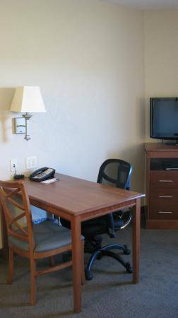 Candlewood Suites - Portland Airport: Desk/Table