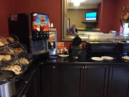Brentwood Suites Hotel: Nice variety of breakfast items: waffles, sausage bacon, scrambled eggs