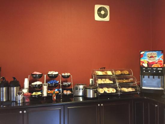Brentwood Suites Hotel: Bagels, English muffins, muffins, sweet rolls, coffee & juice choices