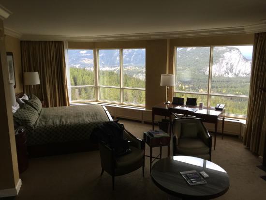 Rimrock Resort Hotel: Bedroom and desk. I slept like a rock