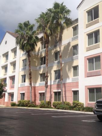 Fairfield Inn & Suites West Palm Beach Jupiter: Back view of hotel