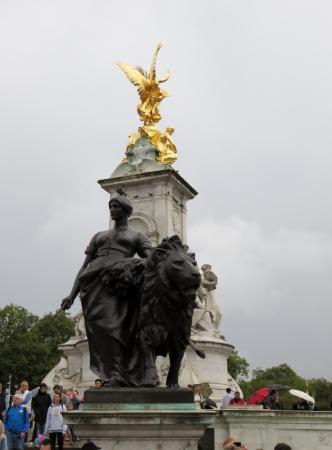 Statue infront of Buckingham Palace