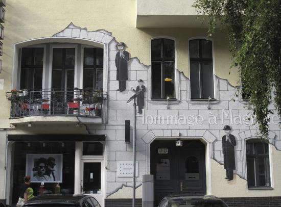 Hommage à Magritte: Exterior