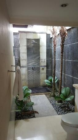 The Khayangan Villas: Outdoor shower in bathroom - very private