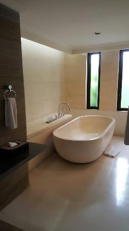 The Khayangan Villas: Huge bath in bathroom