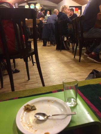 Menikmati makanan di Der Wiener Deewan