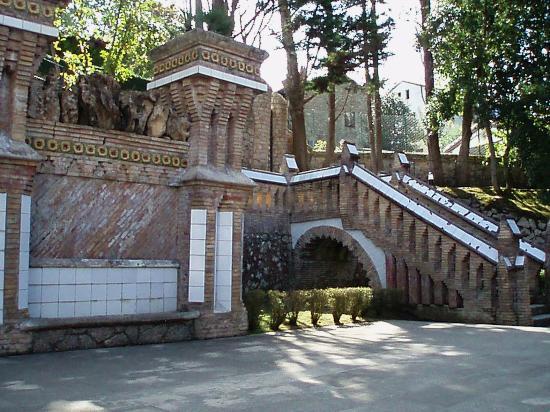 Escaleras del jardin picture of el capricho de gaudi for Escaleras para caminar fuera del jardin