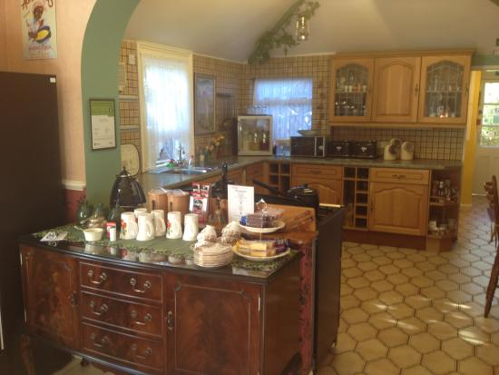 Creston Villa Guest House: Honesty bar and free cakes, juices and hot drinks available at any time