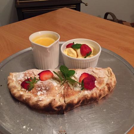 Ossian Hall Valley Retreat: Warm, delicious apple cinnamon pizza