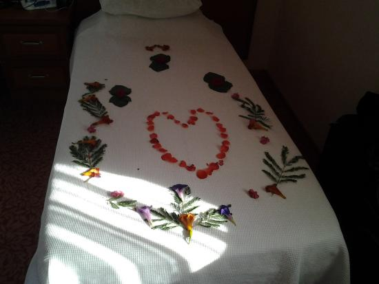 Ozturk Hotel Hisaronu: Decorated  beds just before you leave..lovely touch by the lovely cleaner