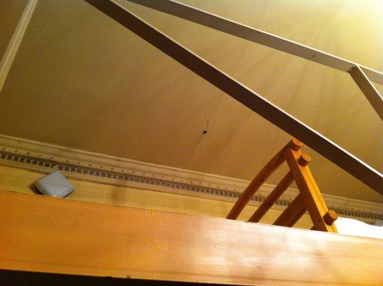 Inn on the Liffey: agujero de gotera sobre la cama del salon