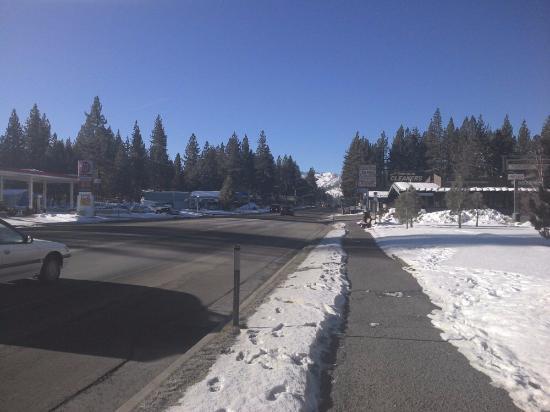 Motel 6 South Lake Tahoe: Zona frente al hotel, pleno invierno, la ciudad nevada