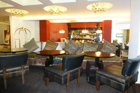 Townhouse Hotel: Im der Lounge gab es Getränke und bequeme Sitzgelegenheiten.