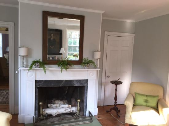 The Village Inn Cape Cod: Front Parlor