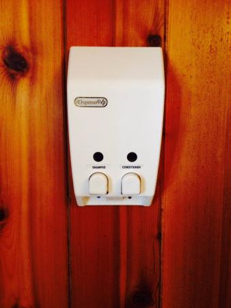 Blueberry Hill Inn: Shampoo and conditioner dispensers on the wall