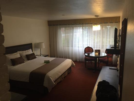 El Condado Miraflores Hotel & Suites: Room 404. The executive room was on special and a great call. Older hotel but that provides the