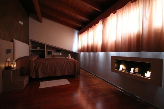 Alanno, Italien: Camino nella suite del fuoco