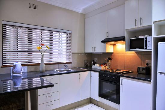 Rivonia Bed & Breakfast: Full kitchen in a Superior room