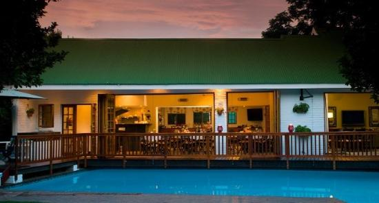 Rivonia Bed & Breakfast: Dining room & lounge overlooking the pool.