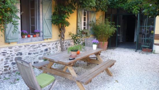 Les 3 Baudets : Eine der Sitzgelegenheiten im schönen Innenhof