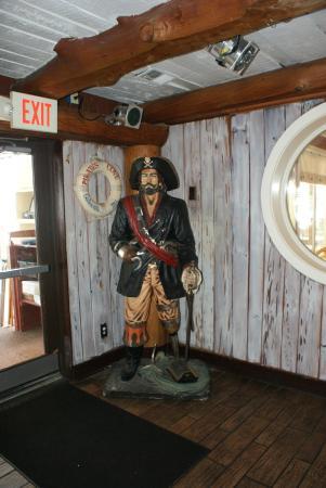 Pirates Cove Restaurant: Blackbeard in the Pirate's Cove Bar and Lounge