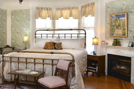 Aurora Staples Inn: The Giverny has wondrful natural light