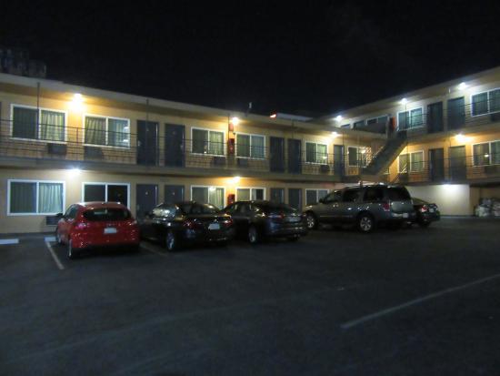 Americas Best Value Inn: Vista del parking y de entrada a las habitaciones.