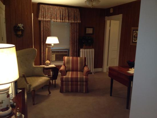 Hardy's Bed and Breakfast Suites: Our Haven Suite living room - spacious!
