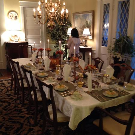 Hardy's Bed and Breakfast Suites: Absolutely magnificent table setting for breakfast--complete with place name tags.