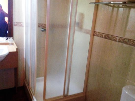 La Cabaña: lovely power shower