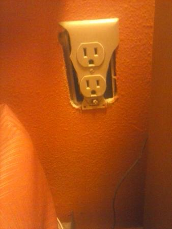 Motel 6 Pigeon Forge - Dollywood Lane: dangerous outlet cover