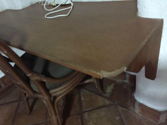 Portofino Beach Resort: Broken table