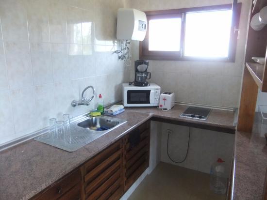 Africana Apartments: Cozinha semi-equipada